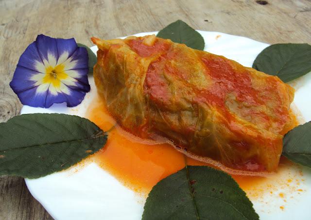 Gołąbki z kaszą jęczmienną z warzywami i sosem pomidorowym