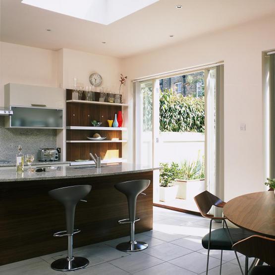 Outro exemplo de integração sala-cozinha-varanda. Nesta concepção