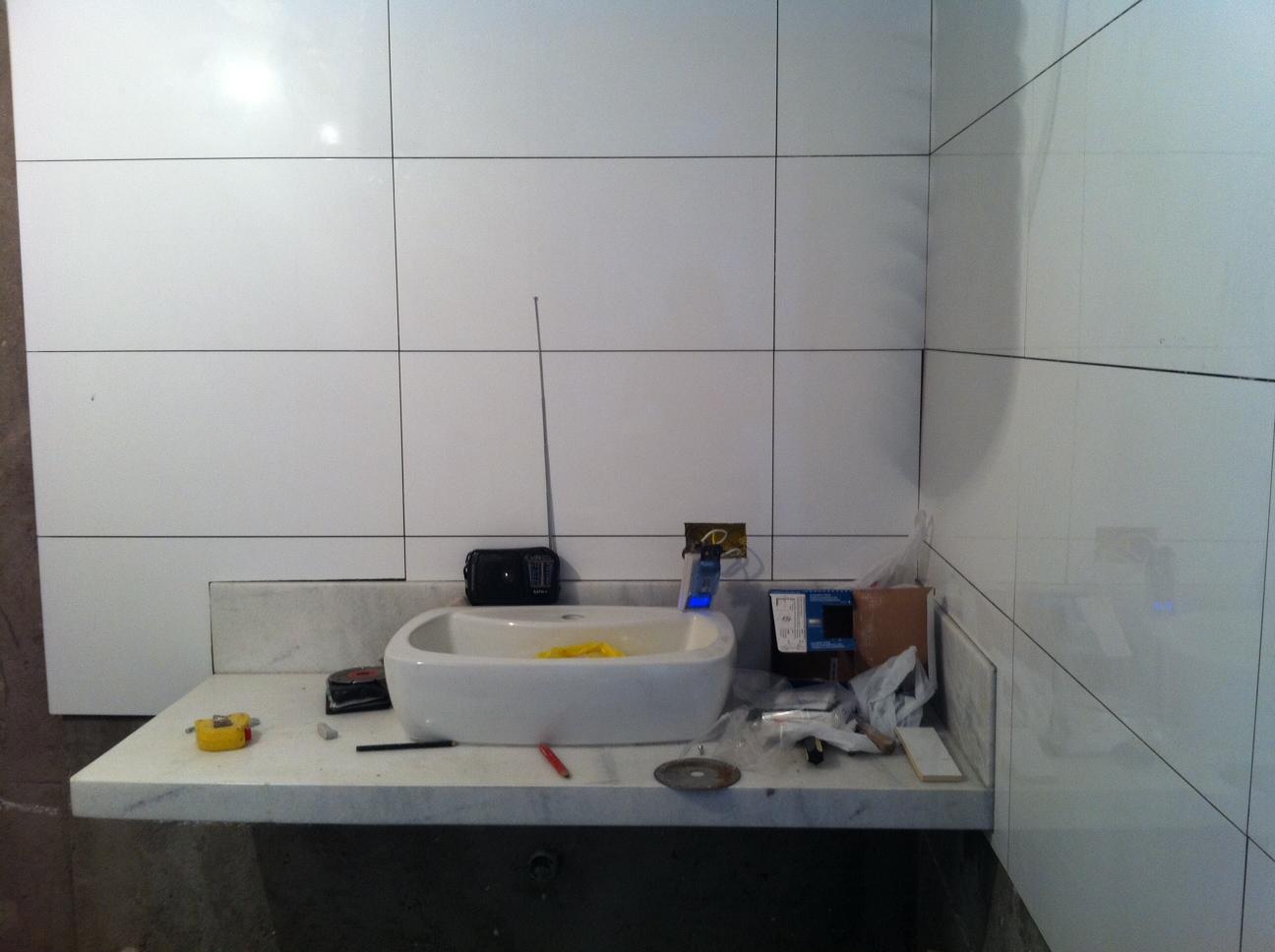 passada e eu fiquei de colocar aqui. Essa é a do banheiro maior #5D4B44 1296x968 Banheiro Com Azulejo Deitado