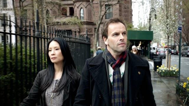 Sherlock y Joan caminan por Nueva York