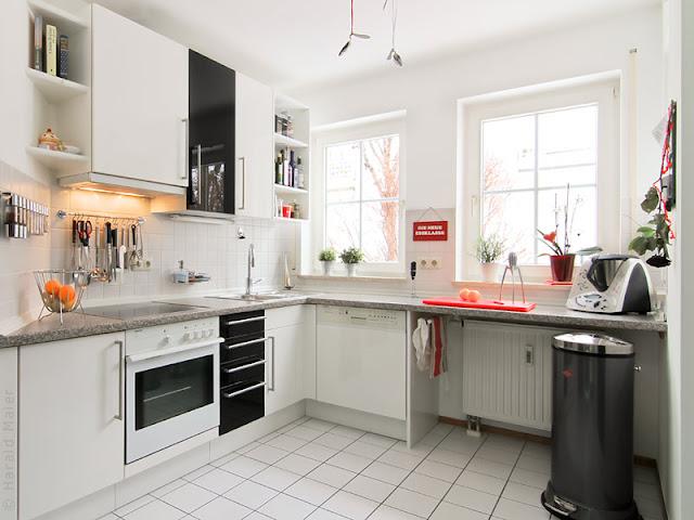 Nach dem Tausch der Küchenfronten präsentiert sich diese Küche in ganz neuem Glanz! Hochglanz Fronten in weiss mit schwarzen Akzenten -  das hat Charakter!