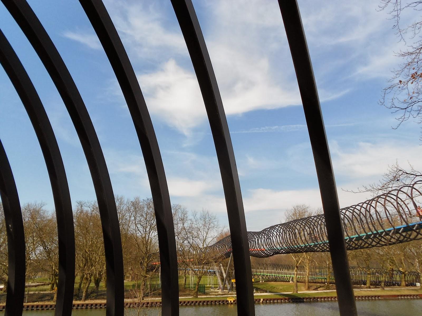 Brücke Slinky Springs To Fame in Oberhausen bei bestem Frühlingswetter