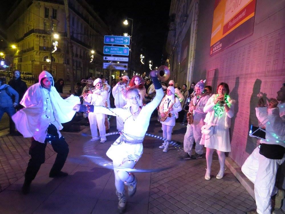 La fanfare Tahar Tag'l et les acrobates de la compagnie l'Estock Fish en parade rue de la République à Marseille