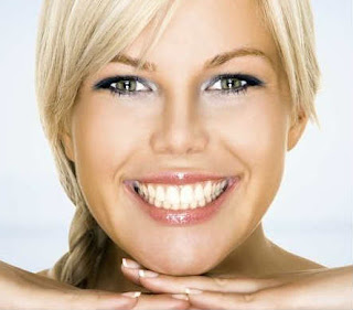 dentes-brancos-brilhantes-morangos