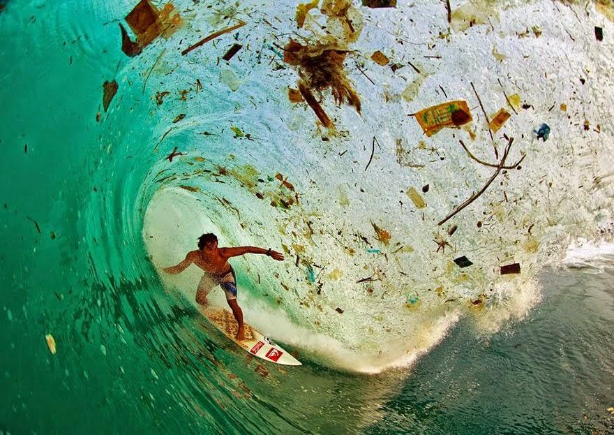 Berselancar di gelombang penuh sampah di Jawa (Indonesia)