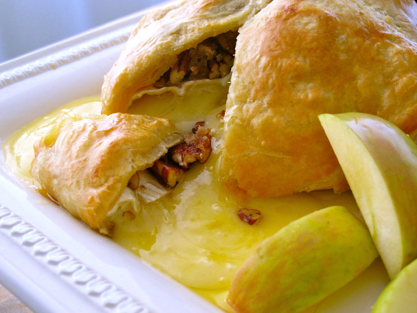 Baked Brie & Caramelized Pecans in Puff Pastry with Apples | Holiday ...