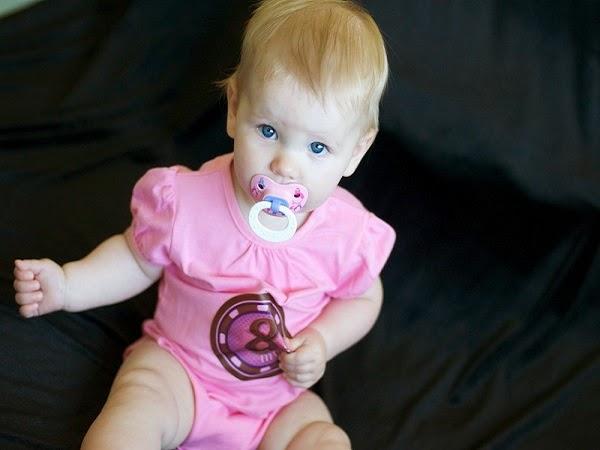 Photo bébé 8 mois avec des yeux bleus