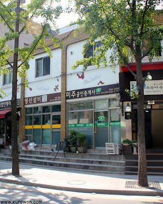 Tiendas en el barrio Seorae de Seúl