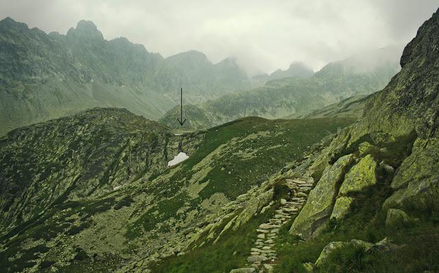 Wyżni Harnaski Staw znad Zbójnickiego Koryta, ze szlaku z Czerwonej Ławki