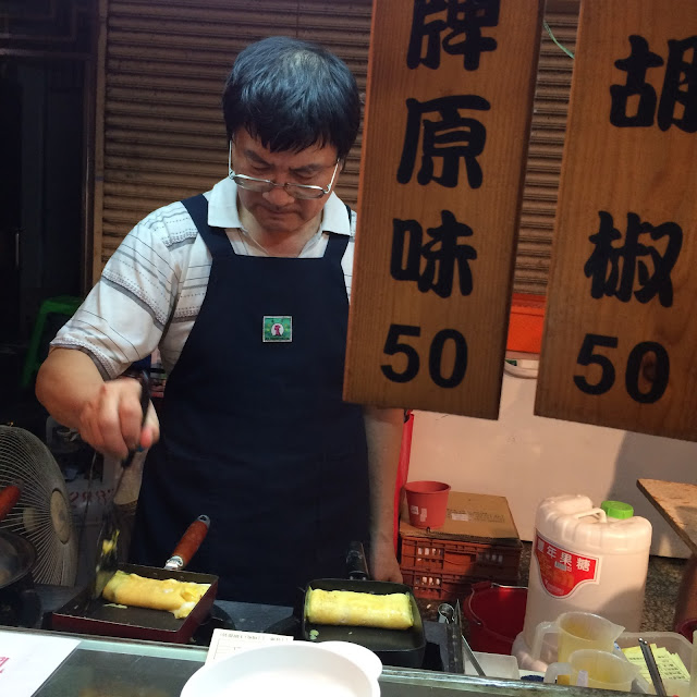 Making Omelets - Taipei night market | Cheesy Pennies