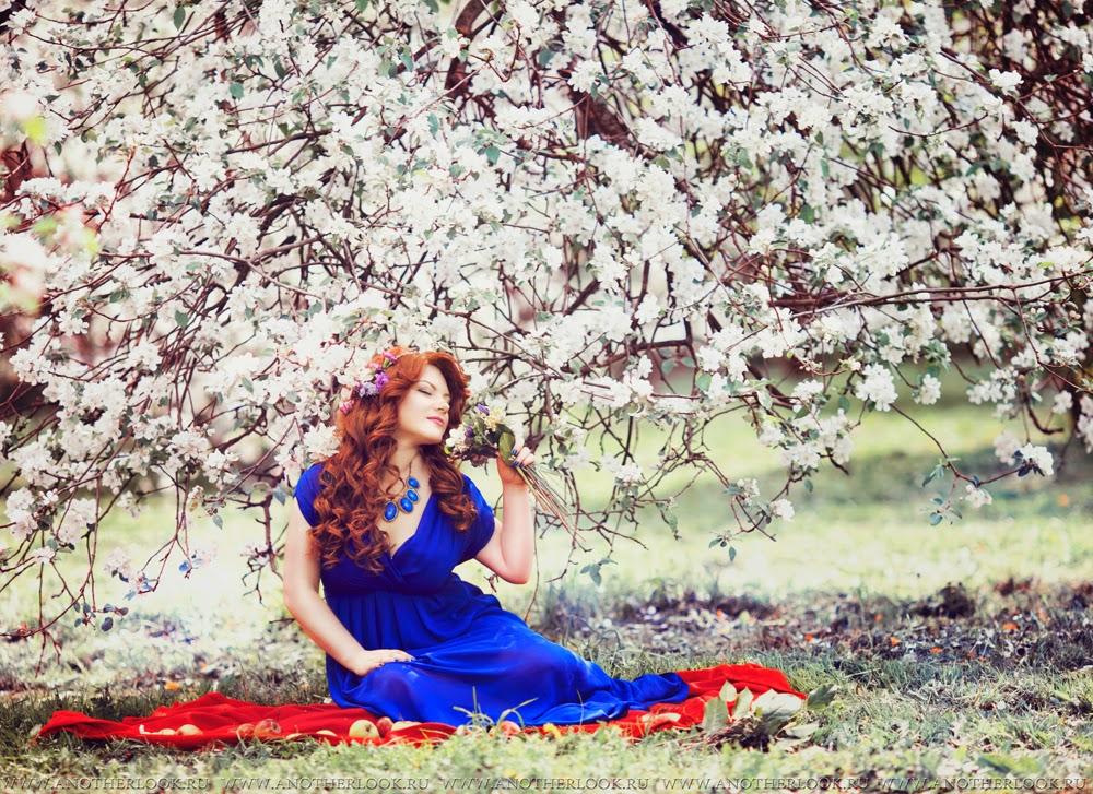 Очень красивая фотосессия в цветущем яблоневом саду