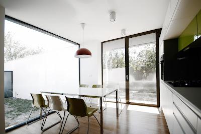 ruang makan rumah minimalis hitam putih