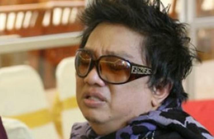 Orang Tengah Bertafakur Azwan Ali Sibuk Selfie