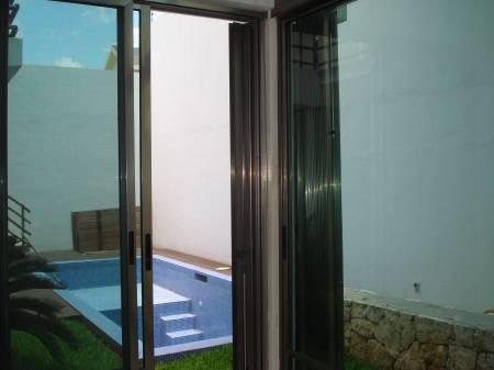 Decoraci n minimalista y contempor nea albercas en el for Albercas en patios pequenos