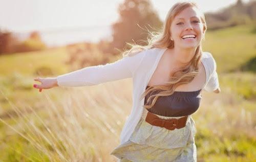 Quando uma mulher decide ser feliz, ela dá paz a si mesma.