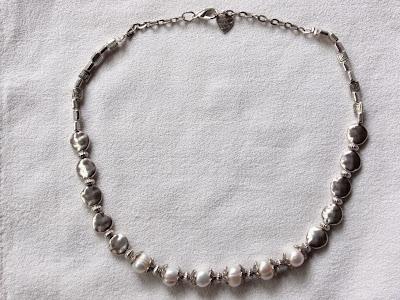 Collar artesanal corto con abalorios plateados ovalados planos y perlas de agua dulce y con cierre mosqueton