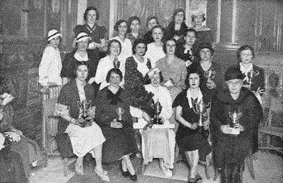 Jugadoras del I Campeonato Femenino de Ajedrez con sus trofeos