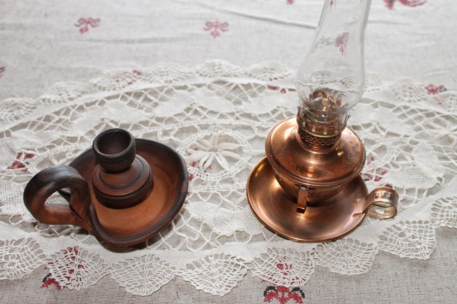 Лампа керосиновая и глиняный подсвечник