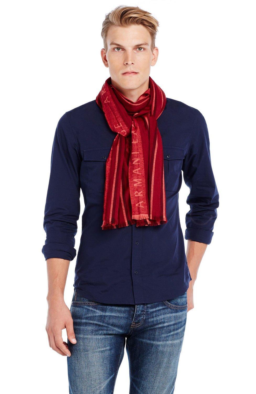 Bufanda de lana con rayas y visible presencia de la marca en el frente.