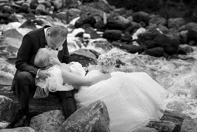 romantiškos vestuvinės nuotraukos gamtoje prie upės
