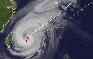 Taifun JELAWAT zieht direkt nach Okinawa, Jelawat, Lawin, aktuell, Satellitenbild Satellitenbilder, Vorhersage Forecast Prognose, Japan, September, 2012, Taifun Typhoon, Taifunsaison 2012,