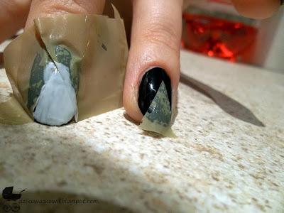 naklejony szablon na paznokciach