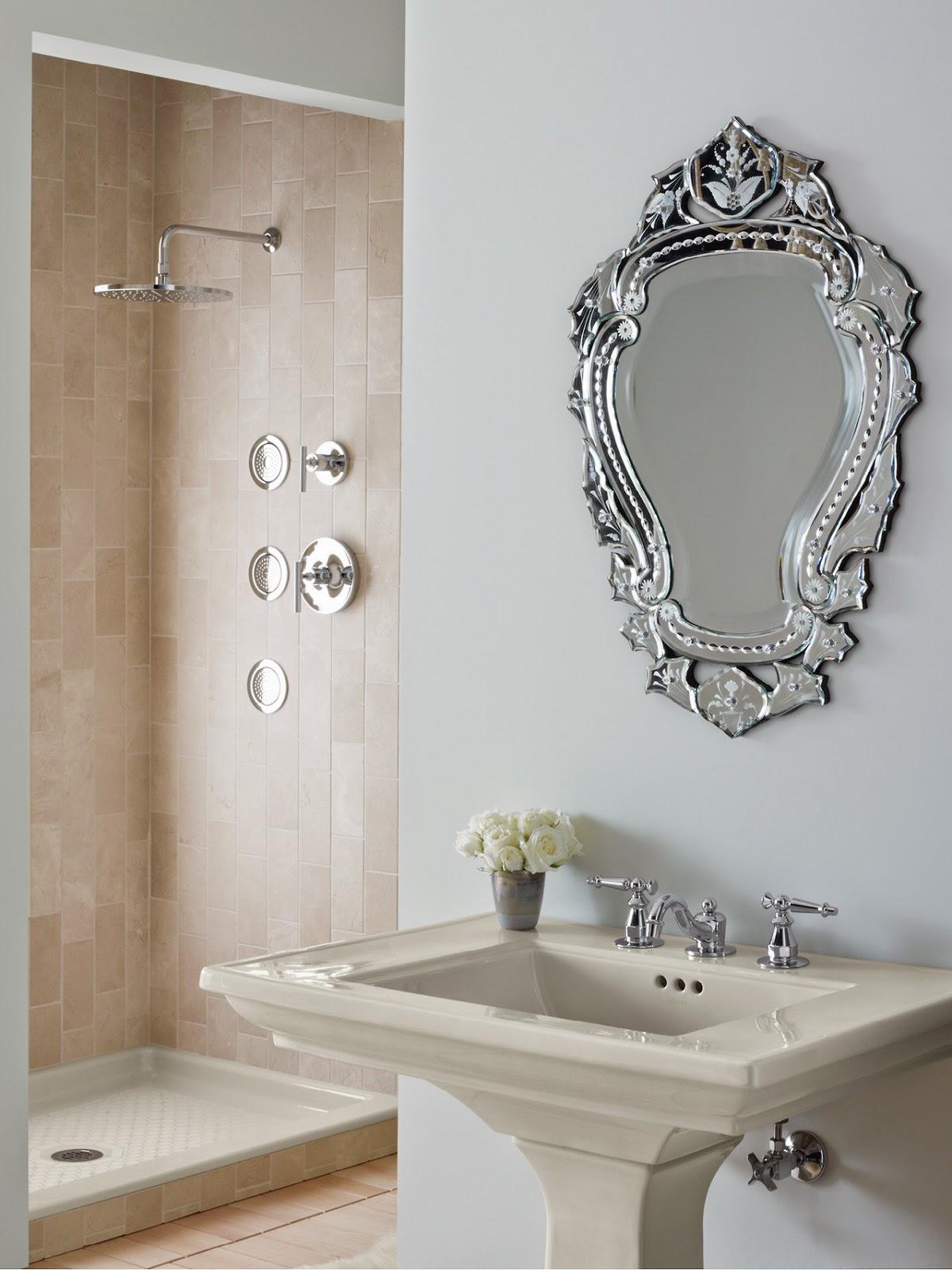 Gương tone-sur-tone với chiếc chậu rửa chân đứng cổ điển