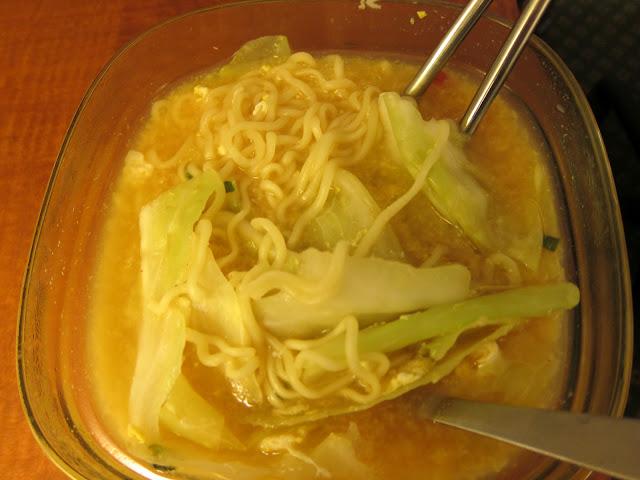 晚上回到旅館,自己用電磁爐煮韓國泡麵當晚餐。好吃!