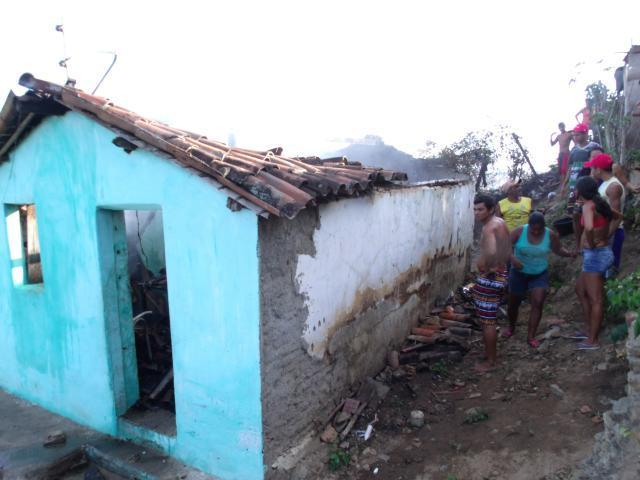 Casa pega fogo no Alto de Reservatório em Limoeiro