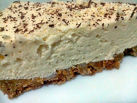 Porción tarta mousse de queso y chocolate blanco