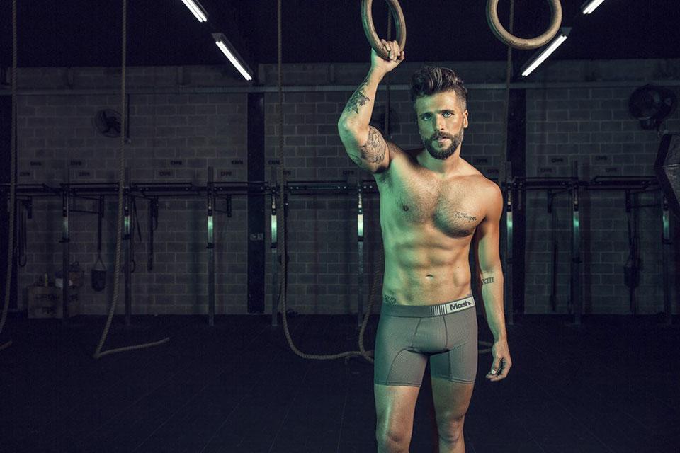 Em clique, Bruno Gagliasso posa para foto segurando uma argola olímpica. Foto: André Nicolau