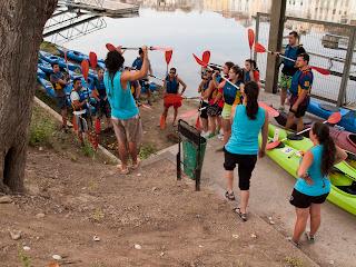 una petita explicació abans d'embarcar al kayak i començar el descens per l'Ebre
