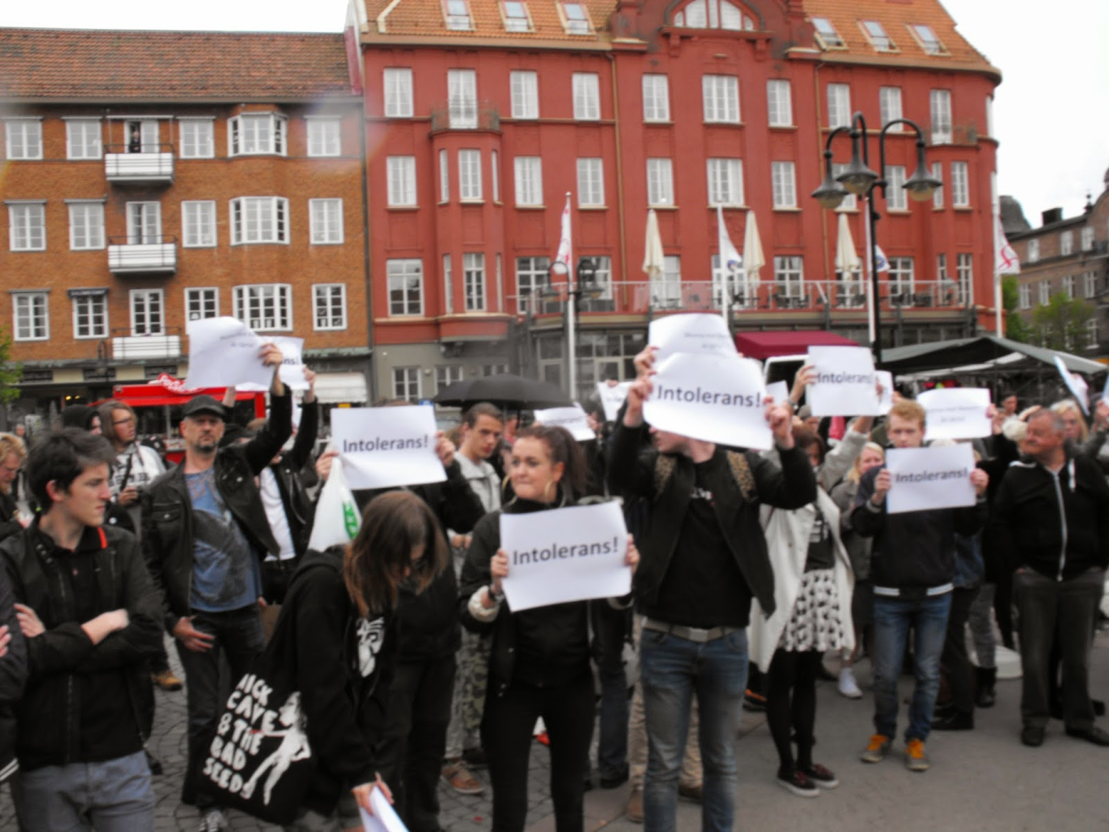 Tårtkalas mot Sverigedemokraterna - Mumsa mot rasism!
