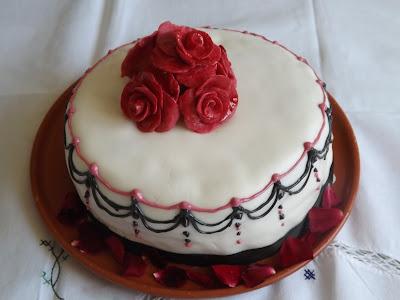 torta red velvet decorata con pasta di zucchero