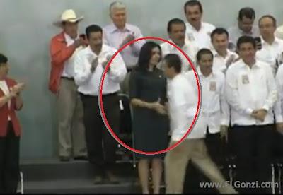 alcaldeza de veracruz con brazo extendido a presidente mexicano peña nieto