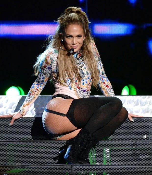 A cantora usou looks sensuais e ganha apalpada em show
