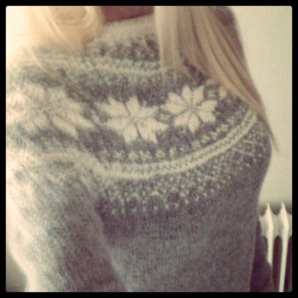 Rundfelling strikk norsk gratis mønster genser stjerne strikkegenser