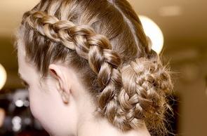Gaya Rambut Kepang Wanita Populer di 2015