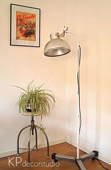 Foco de hospital. Lámparas de consulta antiguas estilo retro años 70, 80 y 90.