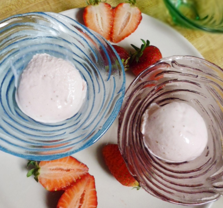 Eggless strawberry icecream