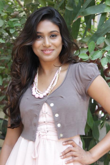 manisha yadav leg at vazhakku enn 18/9 special hot images