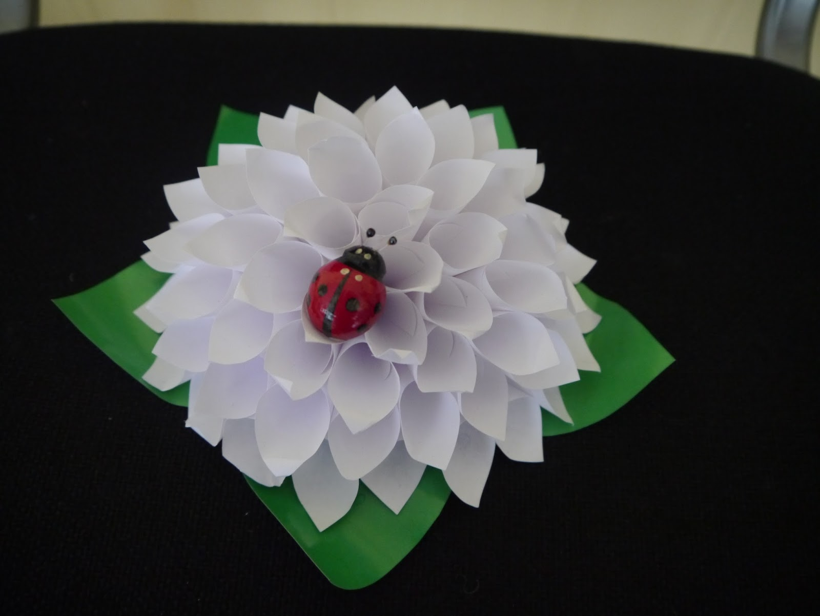 Белый цветок из бумаги для акции фото