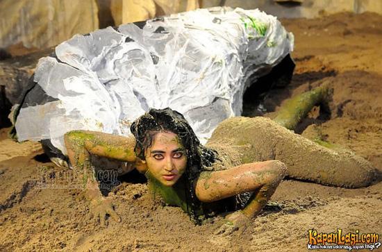 Judul: Gambar Dewi Persik dalam film terbarunya Nyi Blorong ; Ditulis