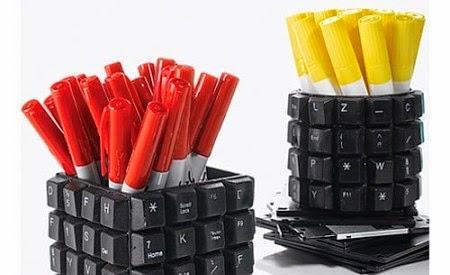 porte stylo avec des claviers d'ordinateurs
