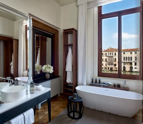 modern bathroom with a view to the Venetia canal