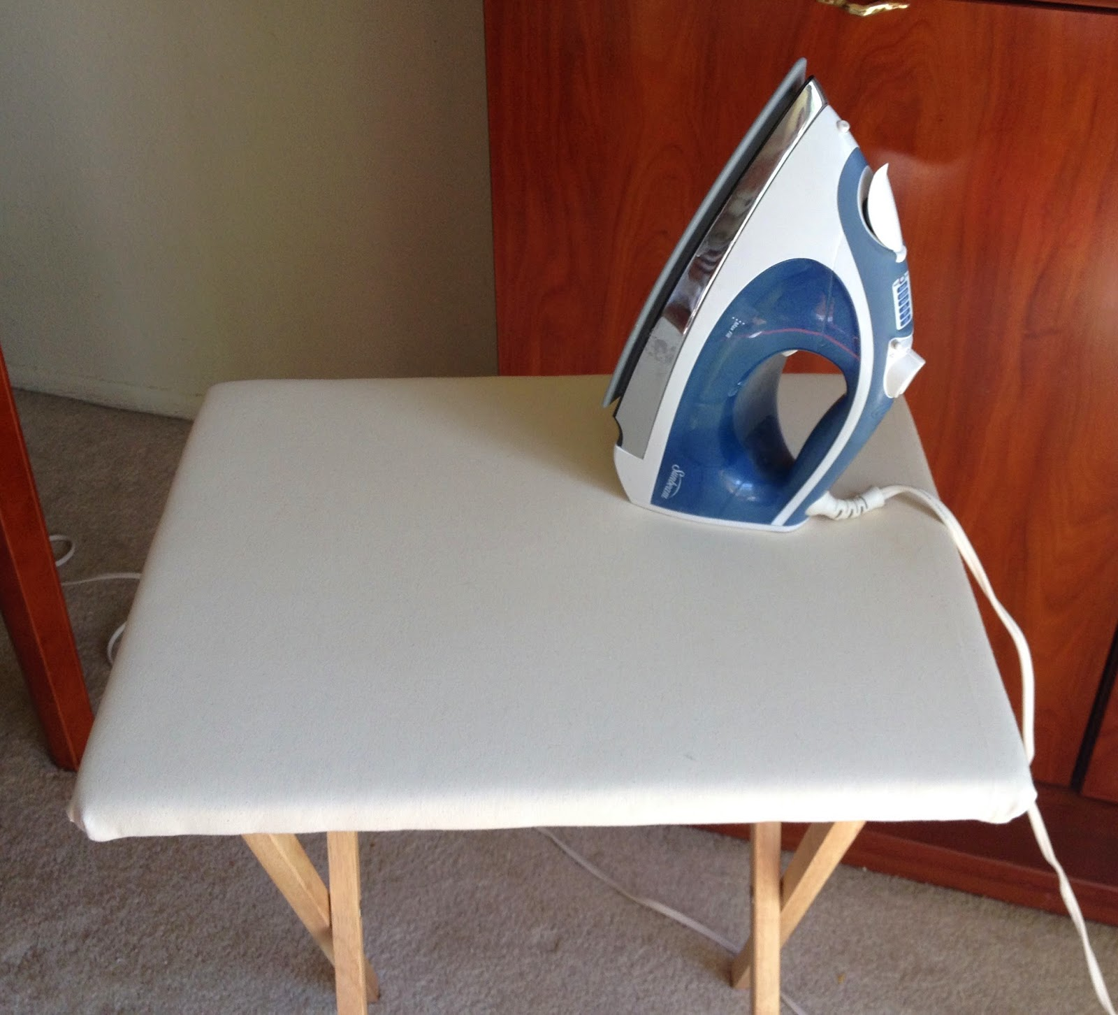 C mo hacer una mesa plegable de planchar tutorial for Mesa plegable pequena