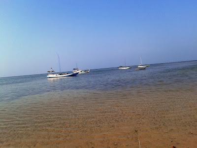 Pantainya sepi banget