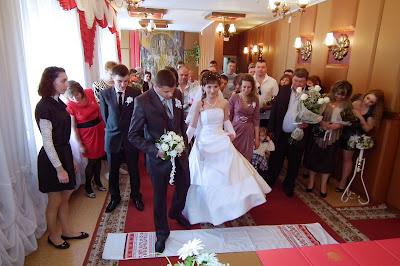 Свадебное фото - жених и невеста ступаю на свадебный рушнык