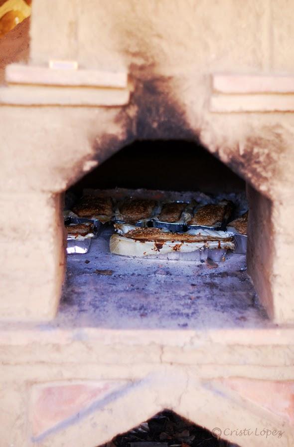 horno de adobe con pan de centeno