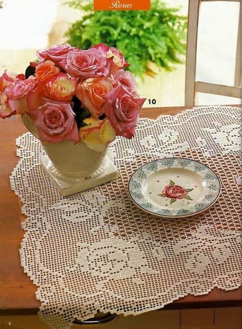 Centro de mesa em crochê com rosas